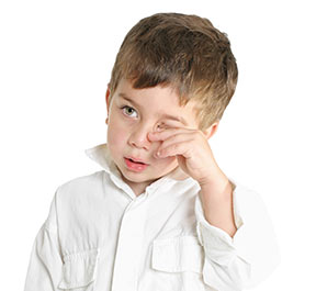 Coçar os olhos pode causar problemas?